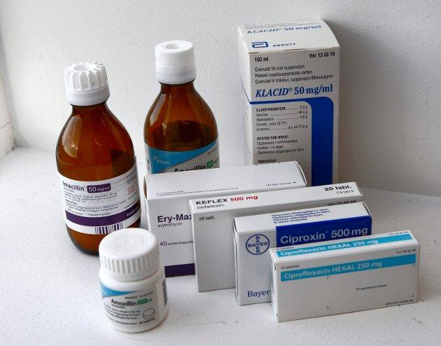 Antibiotika, i tabletter og flytende. Illustrasjonsbilde.