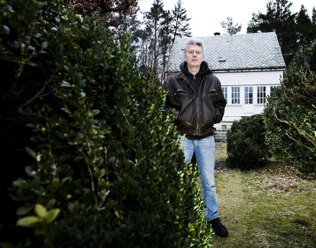 Når det går trått med skrivingen, reiser Chris Tvedt gjerne på hytten i fjellet. Her er forfatteren foran sin bolig på Bjorøy, som tidligere var familiens landsted.