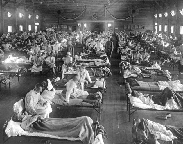 I dagens spalte skriver Chris Tvedt om Spanskesyken, som for hundre år siden tok flere titalls millioner menneskeliv. Dette arkivbildet fra 1918 viser smittede i et sykehus i Fort Riley i Kansas.