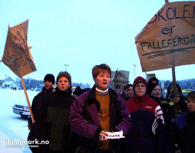 90-TALLET: Samtlige elever ved Karasjok ungdomsskole ut i streik. Elevrådsformann Anette Guldbjørnsen og hennes 111 medelever streiket for en bedre ungdomsskole i Karasjok.