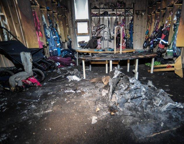 STORE SKADER: Det er omfattende brannskader på grønn og blå avdeling i Terningen barnehage. Tirsdag fikk Østlendingen se skadene, og her fra den ytterste garderoben på grønn avdeling. Ekstrem varme har gjort at regntøyet har smeltet på plassene - flere meter unna brannstedet.