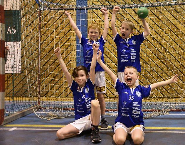IVRIGE: Det er ingen tvil om at 8-åringene Olav André Smylingsås (venstre bak), Tor Henrik Lund, Adrian Lerstang (venstre foran) og Didrik Rønningen hadde det moro på lørdagens håndballturnering. Alle har planer om å fortsette med håndball i mange år - og selvfølgelig å komme på landslaget. Foto: Anders Moen Kaste