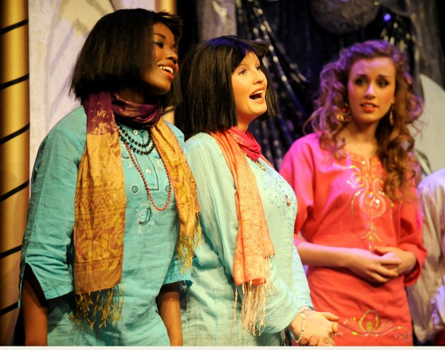Sandefjord teatertforenings ungdomsgruppe med forestillingen Aladdin på Verdensteateret.