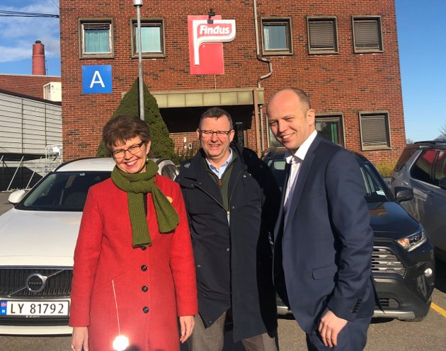 Samspillet mellom det offentlige og næringslivet er nøkkelen til å redde norske arbeidsplasser og sørge for fortsatt verdiskaping i hele landet, skriver Kathrine Kleveland, her sammen med Trygve Slagsvold Vedum og Per-Asbjørn Andvik på besøk hos Findus.