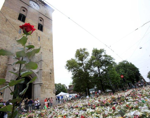 BLOMSTERHAV: Søndag 24. juli inviterte tidligere biskop Per Arne Dahl Anne Grete Preus til å synge på håpsgudstjeneste i Domkirken. På veien til Domkirken måtte hun passere blomsterhavet ved Slottsparken og rundt Domkirken. Hun ble sterkt berørt av alle blomstene og kortene, og merket seg særlig en bukett med markblomster og et hvitt kubbelys med en fyrstikkeske tapet til lyset. På kortet sto det: «Hvis dette lyset slukner, vær snill å tenne det igjen!»FOTO: NTB