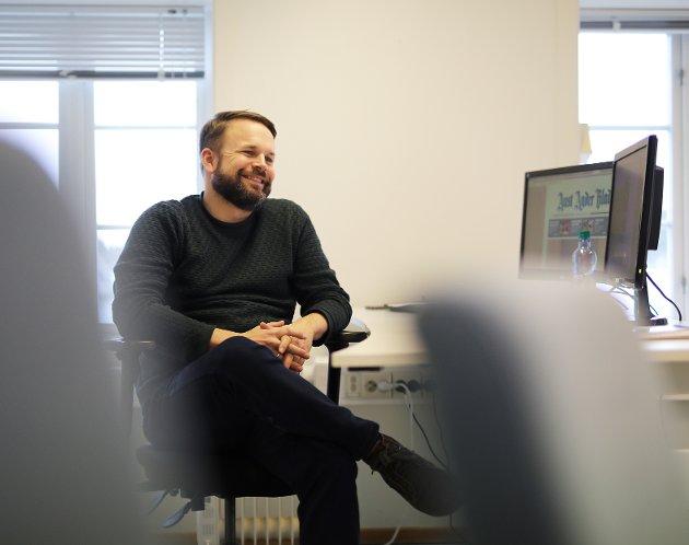 I REDAKTØRSTOLEN: Trond Nøstvold Tou har siden oktober i fjor vært konstituert i stillingen som ansvarlig redaktør i Aust Agder Blad. Nå har han fått stillingen permanent.FOTO: Stig Sandmo