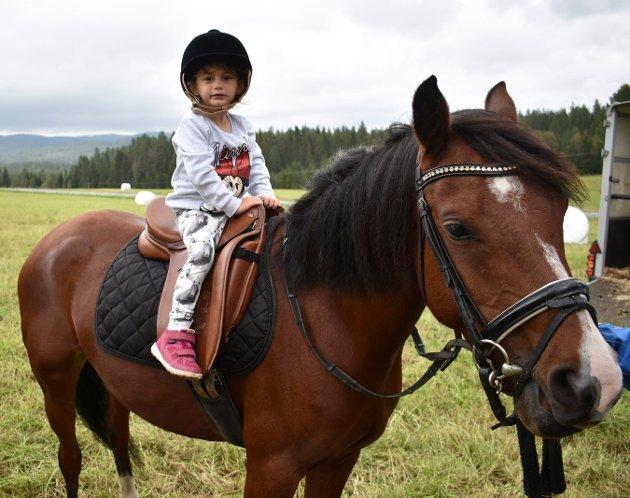Anna Stupkin fikk ta seg en runde på hesten.