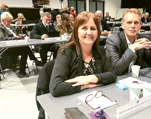 I KOMMUNESTYRET: Hanne Marte Kleven Bjordammen er kommunestyrerepresentanet for Rødt. Her sammen med Vinjar Sten Rosendal.