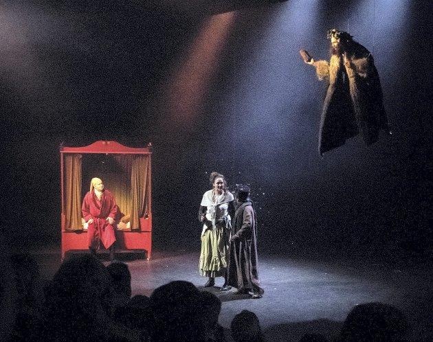 Klassisk scene: Scrooge (Rune Svendsen) sitter sur, gjerrig og styrtrik i senga si, mens åndeverdenen banker på og vil fortelle ham et pauli ord om hans måte å leve livet sitt på. Begge Foto: Vidar Sandnes