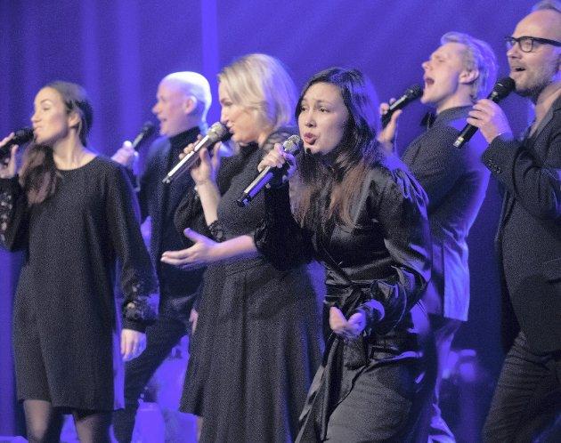Tidsvis trøkk: Oslo Gospel Choir er i hovedtrekk et velpolert kor, som byr på popifisert gospel. Men under konserten viser det at det også har musikalsk kraft, og at det er et svært dynamisk kor. Her ser du et eksempel på akkurat det, med lett huking i knærne.Begge foto: Vidar Sandnes
