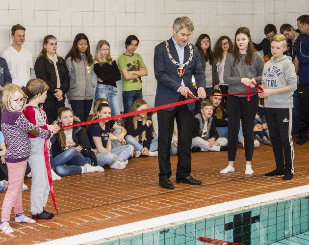 KLIPTE SNORA: Ordførar Øyvind Helland Oddekalv klipte snora som markerte at eit nytt og moderne basseng er klar til bruk.
