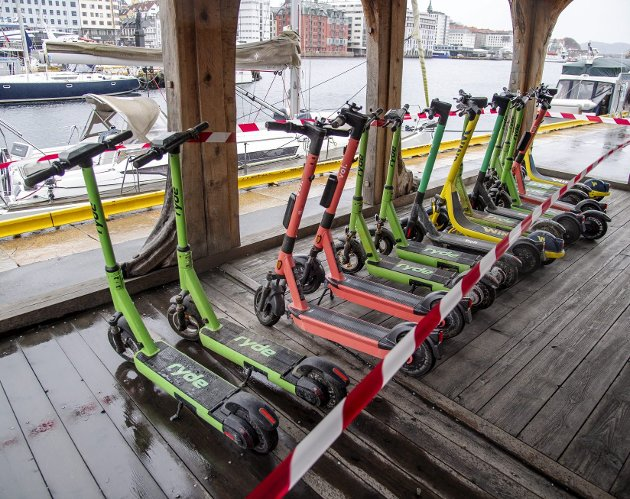 Her er et utvalg av el-løperhjulene som mannskapet som rydder Vågen har funnet på sjøbunnen. El-løperhjul som forurenser Vågen er blitt et nytt miljøproblem i Bergen. FOTO: EIRIK HAGESÆTER