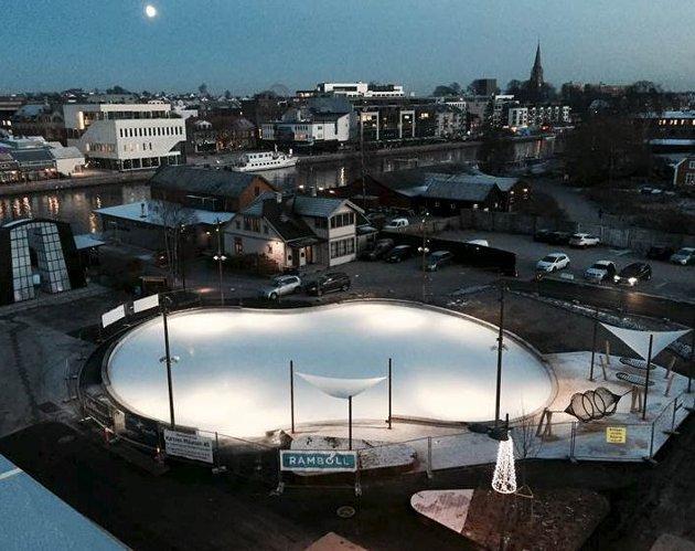 Åpnet tirsdag kveld:  Etter utsettelse på grunn av mildvær kunne kunstisbanen på Værste endelig bli offisielt åpnet. Foto: Griff arkitektur