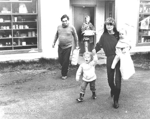 17.7.1987: May, Ingrid, Mattis Karlsen og småsøsknene Ragnhild og Marie med varene ut til bilen. - Må handle såpass at man slipper å kjøre til butikken hver dag.