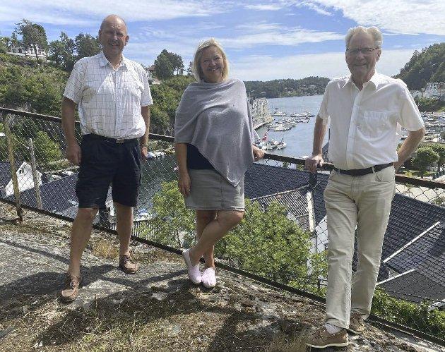 Populært fond: Einar Johnsen (tv) og Arne Bjørnstad har blåst nytt liv i sin gamle partikollega Astrid Gjertsens vinfond på Strannasenteret. Det har enhetsleder for helse og omsorg, Liv Siljan ( i midten), ikke noe i mot. Arkivfoto: Olav Loftesnes