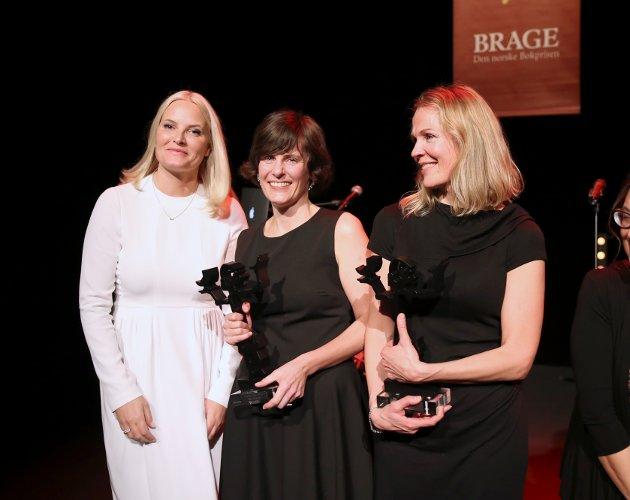 Årets Bragepriser 2016.  Kronprinsesse Mette-Marit hilste på vinnerene av prisen for beste skjønnlitterære bok  Monica Isakstuen og Åsne Seierstad som fikk prisen i klassen for sakprosa.
