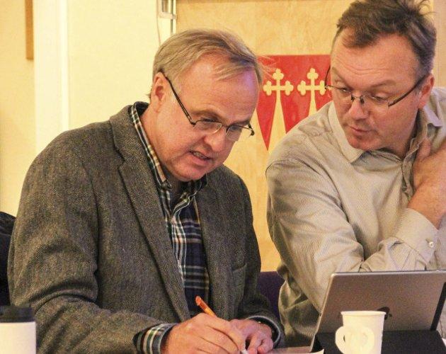 SKUFFET: Lars Erik Flatø (Ap) mener ordfører Willy Westhagen (GBL) bagatelliserer det Morten Hagen (GBL, til høyre) sa i siste kommunestyremøte. Arkivfoto