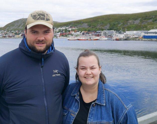 HAR FLYTTET HJEM: Aleksander Pedersen Fallsen har flyttet hjem til lærerjobb i Kjøllefjord, og det takket være at hans samboer Maria Løkvoll fikk jobb som kulturleder der. Paret hadde bestemt seg for å flytte dit hun fikk jobb.