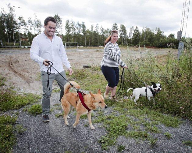 FIKK IKKE FLERTALl:Michael Torp og Cecilie Pollen i Rygge FRP ville gjerde inn hele den gamle grusbanen på Øreåsen og lage en møteplass for både to- og firbeinte.