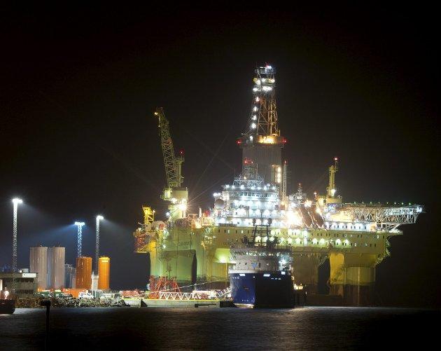 Leteriggene opplever rolige tider. Fallet i investeringene i oljesektoren kan gi store konsekvenser, med blant annet ny kostnadsvekst, i fremtiden. Bildet viser riggen COSL Innovator ved kai på Ågotnes.