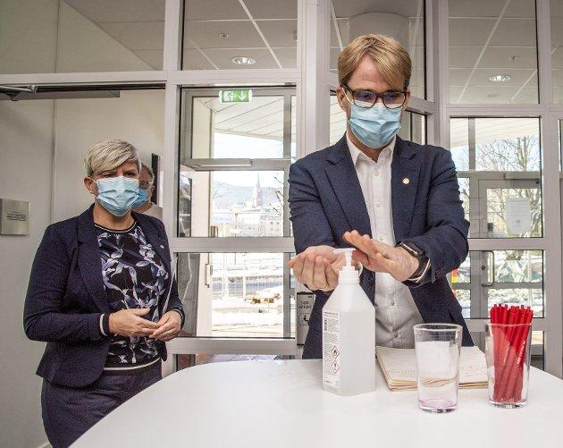 Her er byrådsleder Roger Valhammer (Ap) og helsebyråd Beate Husa (KrF) på vei til gårsdagens pressekonferanse om de svært strenge, men helt nødvendige, koronatiltakene som nå er innført i Bergen. FOTO: EIRIK HAGESÆTER