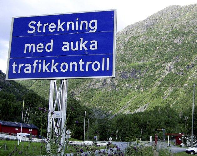Det finnes mange slike veiskilt i nynorskbastionen Vestland fylke. Norge bør ha to likestilte målformer også i fremtiden uten ekstrapoeng til ene eller mulighet for å velge det bort i skolen. FOTO: NTB