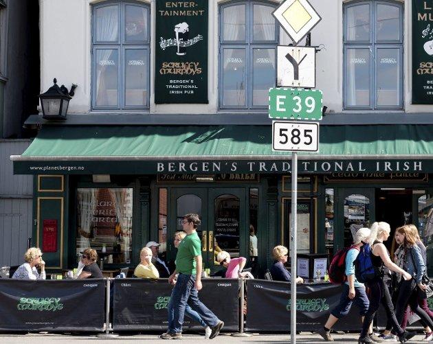 Kampen om fortauene i Bergen blir stadig tøffere. Nå har også nyskapningen el-sykler meldt seg på, noe som ikke gjør situasjonen for serveringsbransjen bedre. ARKIVFOTO: MAGNE TURØY