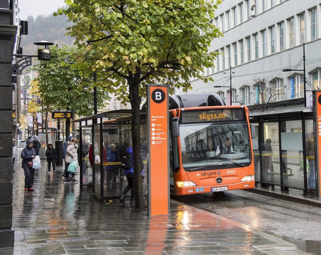 Olav Kyrres gate blir igjen navet i kollektivtrafikken når gaten åpner igjen om noen uker. Det nye rutekartet inviterer de fleste som kommer med buss fra Åsane til å skifte farkost her om Haukeland sykehus eller helseklyngen på Årstad er destinasjon. ARKIVFOTO: EIRIK HAGESÆTER