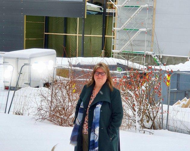 ER LEI: Line Sivertsen har sett seg lei av å være nærmeste nabo til en byggeplass i to år.