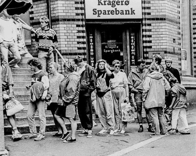 Automaten til Kragerø Sparebank som sto nederst i Banktrappene var poplulær om sommeren. Skulle man ha ut kontanter var det bare å stille seg i kø og håpe på at minibanken ikke gikk tom for penger, for det skjedde av og til.