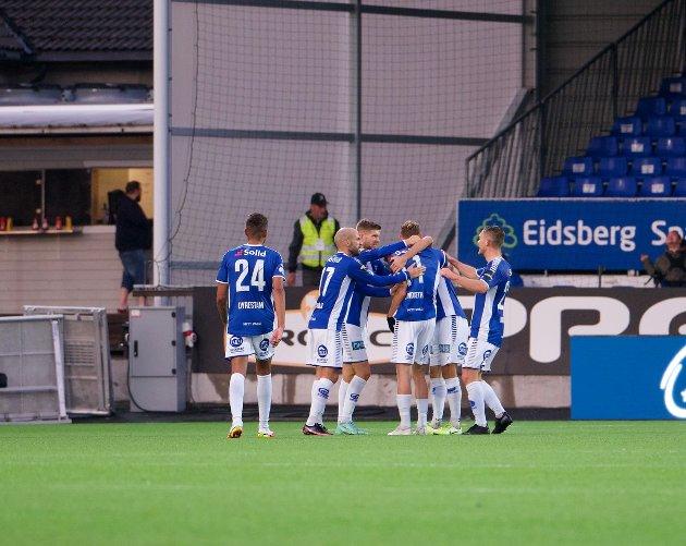 JUBEL: Sarpsborg 08-spillerne jubler etter Jonathan Lindseths 1-0-mål.