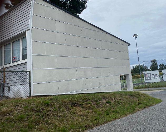 MÅL: Det er ikke lenger noe vindu på denne veggen på det som var vaktmesterboligen på Grålum skole. På 80-tallet sto bygningen på ei gresslette, noe som innbød til fotballsparking. I dag er det en snuplass for skolebussen i området. foto: Petter Kalnes
