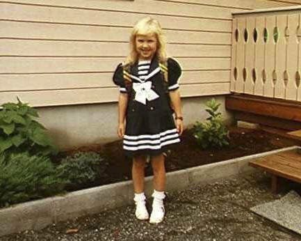 Skoleklar: Mona Melanie Lindseth pyntet og klar til første skoledag full av drømmer og forventninger. I dag 21 år etter forteller hun at hun har nådd flere av drømmene.            Foto: Privat