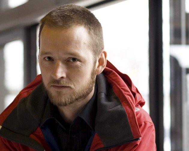 Martin Malkenes (42)  er florøværing og dagleg leiar i Blindeforbundet Sogn og Fjordane.  Han er tidlegare bystyrerepresentant for Miljøpartiet Dei Grøne, og framleis aktiv i samfunnsdebatten.  Martin skriv musikk, politikk og litteratur og definerer seg som lesehest.