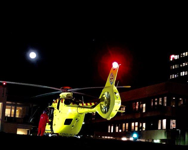 BASE I INNLANDET: Norsk Luftambulanse legehelikopter fyller drivstoff ved Sykehuset Innlandet Lillehammer