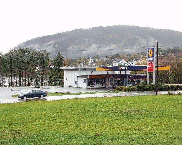 HUSNES: Her er den gamle bensinstasjonen på Husnes. Dette bildet er frå 2000.
