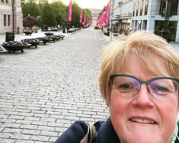 Foto er fra i vår. Jeg gikk fra møte hos Erna og var helt alene på Karl Johan - uten portforbud, skriver Trine Skei Grande.