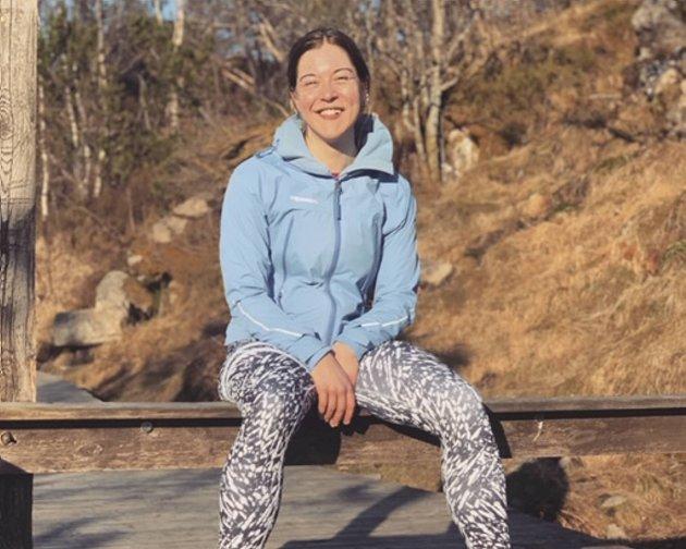 Aina Bjørnethun har sett seg lei på folk som overser skiltingen på tur og går ned Stoltzen og Oppstemten.