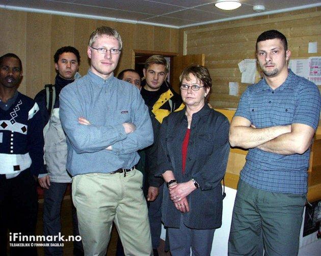 90-TALLET: Daglig leder ved Lakselv mottak Kjell Mathisen og anleggseier Laila Amundsen. Til høyre ansatt Suad Makas.