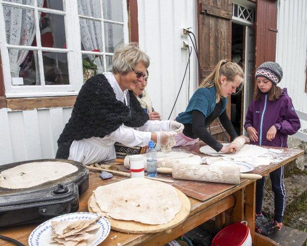 FLATBRØD: Margareth Ellingsen, Othelie Rynde Klingan og Marthe Ellingsen baker flatbrød.- Hemmeligheten er å få flatbrødet tynt nok, forteller Marthe. Dette er tredje året hun er med og baker flatbrød på Skaftnesdagen.