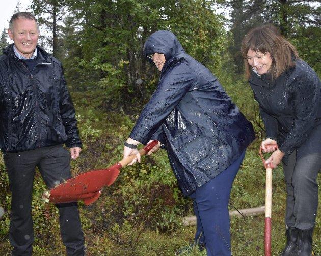 Bildet er tatt da statsminister Erna Solberg før stortingsvalget i 2017 tok et symbolsk spadetak for bygging av ny flyplass i Rana. Foto: Viktor Leeds Høgseth