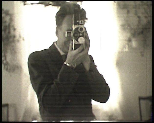 SELFIEPIONÉR: Onkel Dulin filmer seg selv i et speil tilbake i 1957.