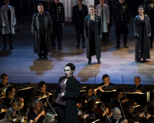Vanskelig å høre: Bare noen få ganger, som når solist Eugenia Dushina går opp til publikum og legger orkestergraven bak seg, er det mulig å høre hvor god hun er, mener BAs anmelder. Foto: Emil Weatherhead Breistein