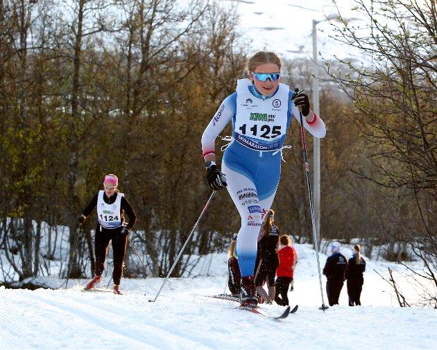 NATTLIG SKIRENN: Sigrid Hammer i godt driv i midnattsola. - Det er første gang jeg går skirenn i juni, konstaterte NTG-eleven. Foto: Ola Solvang
