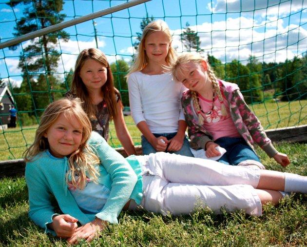 I SAMME KLASSE: Helene Lie Grøtvedt, Helena Brevik, Linn Karina Stegen og Aurora Kartnes skal alle begynne i samme klasse på Bergenhus skole til høsten. (2008)
