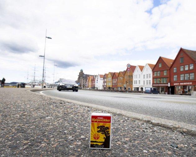 Traseen over Bryggen gjør likevel ikke at grunnen må heves særlig mye. Det holder med fem centimeter – mindre enn høyden på denne fyrstikkesken. Dermed er et velbrukt argument mot Bybanen kraftig redusert. Foto: Arne Ristesund