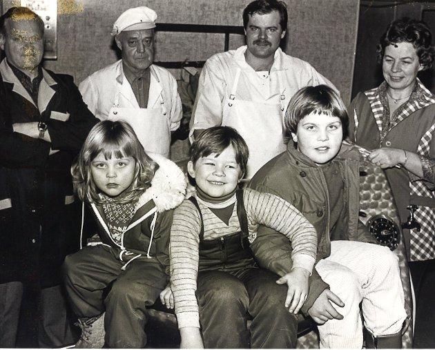 FAMILIEBEDRIFT: I januar i 1983 var det ni ansatte i Brandbu pølsemakeri. To sønner har fulgt sine fedres fotspor, ektefeller trer støttende til. Det samme gjør barn og barnebarn. Foran Anne Hilde, Thomas og May-Kjersti. Ytterst til høyre står Mary Kristiansen. Ved siden av henne står Josef Kristiansen (til venstre), Sverre og Jan Erik Molund.
