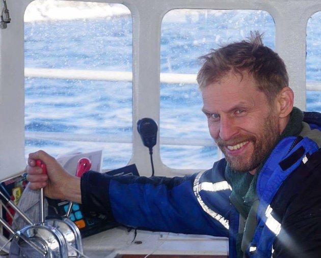 - Båtforbindelsen har Finnmarks klart største passasjergrunnlag. Gitt  at Ap har vært med å få forbindelsen på plass og i dag sitter på de viktigste postene, bør de nå komme på banen og skape ro i denne saken., skriver Jo Inge Hesjevik (H). Her er han avbildet i sin egen båt.
