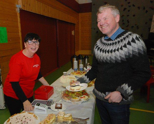 KAKER ER GODT: Kjell Pettersen (55) fra Tana bunkret kaker i kafeen hos Bente Mortensen (61).