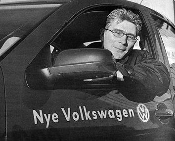 Jusstudenten Jan Idar Larsen fra Stamsund ble den lykkelige vinner av en splitter ny vw Bora i TV2s store VM- konkurranse. Men det var pappa Geir M. Larsen som ble presentert som vinner på skjermen. Geir M. Larsen tar VW Bora i åsyn på vegne av sønnen.